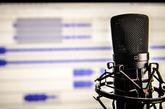 microphone-338481_1920